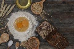 Chleb i piec z pikantność na kuchennym stole Fotografia Royalty Free
