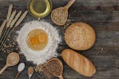 Chleb i piec z pikantność na kuchennym stole Zdjęcie Stock