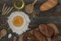 Chleb i piec z pikantność na kuchennym stole Obrazy Royalty Free