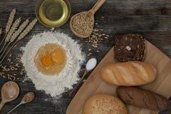 Chleb i piec z pikantność na kuchennym stole Obraz Royalty Free