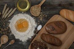 Chleb i piec z pikantność na kuchennym stole Zdjęcia Royalty Free