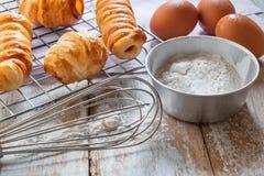 Chleb i puchar mąka na drewnianym tle obrazy stock