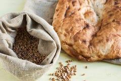 Chleb i torba adra na deskach Zdjęcie Royalty Free