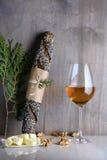 Chleb i wino słuzyć z orzechami włoskimi na countertop Restauracja m Obrazy Royalty Free