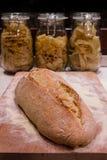 Chleb kłaść na ciapanie desce z makaronem, rzuca kulą w backgrou zdjęcia stock
