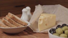 Chleb, kawałek ser i oliwki w, biali puchary zbiory wideo