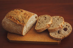 Chleb na ciemnym drewnianym tle Zdjęcia Royalty Free