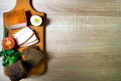 Chleb, pomidor i bekon na drewnianym doku, Obrazy Stock