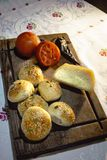Chleb, pomidory i handmade ser na ciemnym drewno stole, obrazy royalty free