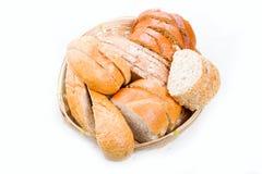 Chleb w łozinowym koszyk na chleb na białym tle Obrazy Stock