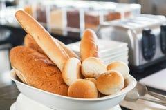 Chleb w ceramicznym pucharze Zdjęcie Royalty Free