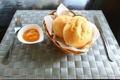 Chleb w handbasket z marchwianym kumberlandem Fotografia Royalty Free