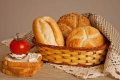 Chleb w koszu i Francuskiej grzance Zdjęcie Royalty Free