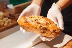 Chleb w rękach piekarz Obrazy Royalty Free