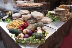 Chleb, świezi warzywa, zucchini, czosnek, dzwonkowy pieprz, cebula, przy jarmarkiem Zdjęcia Royalty Free