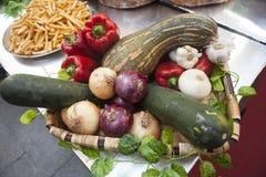 Chleb, świezi warzywa, zucchini, czosnek, dzwonkowy pieprz, cebula, przy jarmarkiem Zdjęcie Stock