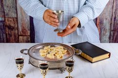 Chleb, wino i biblia dla sakramentu communion, modlitwa dla wina zdjęcia royalty free