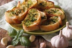 Chleb z basilu i czosnku zbliżeniem na talerzu horyzontalny obrazy royalty free
