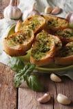 Chleb z basilu i czosnku zbliżeniem na talerzu pionowo zdjęcia royalty free