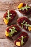 Chleb z beetroot, pomarańczami i rucola, odgórnego widoku vertical Obraz Royalty Free