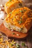 Chleb z cheddaru serem, czosnkiem i ziele zbliżeniem, pionowo Fotografia Royalty Free
