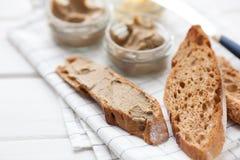 Chleb z cielęciny i królika łbem z masłem na tekstylnym tle Obraz Stock