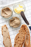 Chleb z cielęciny i królika łbem z masłem na tekstylnym tle Odgórny widok Obraz Royalty Free