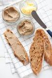 Chleb z cielęciny i królika łbem z masłem na tekstylnym tle Odgórny widok Zdjęcia Stock