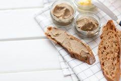 Chleb z cielęciny i królika łbem z masłem na tekstylnym tle Odgórny widok Obrazy Royalty Free