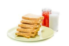 Chleb z dżemem mleko na białym studio strzale obrazy royalty free