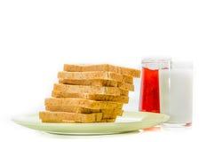 Chleb z dżemem mleko na białym studio strzale fotografia stock