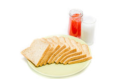 Chleb z dżemem mleko na białym studiu zdjęcia royalty free