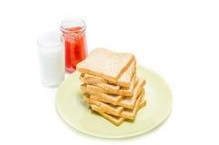 Chleb z dżemem mleko na białym studiu obraz stock