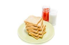 Chleb z dżemem mleko na białym studiu zdjęcie royalty free