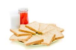 Chleb z dżemem mleko na białym studiu fotografia stock