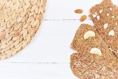 Chleb z flaxseeds i migdałami na białym drewnianym tle Pożytecznie żywienioniowy surowy chlebowy weganinu śniadanie bez drożdże zdjęcia royalty free