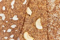 Chleb z flaxseeds i migdałami na białym drewnianym tle Pożytecznie żywienioniowy surowy chlebowy weganinu śniadanie bez drożdże obraz stock