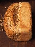 Chleb z kolendrowymi ziarnami na ciemnym drewnie Ostrości sztaplowanie Obrazy Stock