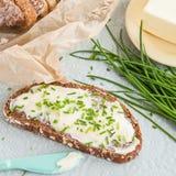 Chleb z masłem i szczypiorkami Zdjęcia Royalty Free