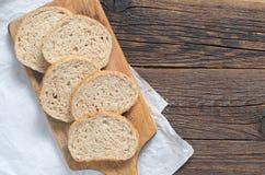 Chleb z otręby na tnącej desce zdjęcie royalty free