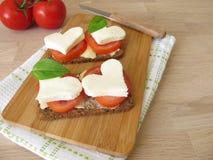 Chleb z pomidorami, mozzarelli sercem i basilem, Zdjęcia Royalty Free
