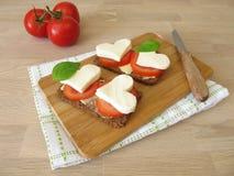 Chleb z pomidorami, mozzarelli sercem i basilem, Obrazy Royalty Free