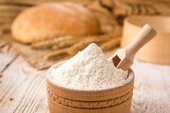 Chleb z pszeniczną mąką, kolcami i adra na drewnianym stole, Agric Zdjęcia Royalty Free