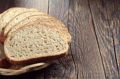 Chleb z pszenicznym otręby na stole obrazy stock