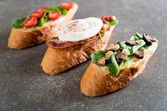 chleb z rakiety pieczarką, rakietowymi pomidorami i bekonowym jajkiem, obraz stock