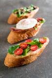 chleb z rakiety pieczarką, rakietowymi pomidorami i bekonowym jajkiem, obrazy royalty free