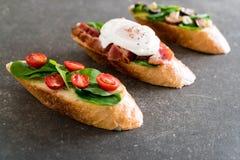 chleb z rakiety pieczarką, rakietowymi pomidorami i bekonowym jajkiem, zdjęcia royalty free