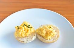 Chleb z rozdrapanymi jajkami zdjęcie royalty free