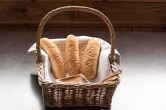 Chleb z sezamowym ziarnem na łozinowym koszu Zdjęcia Stock