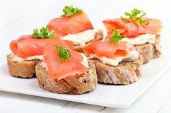 Chleb z uwędzonym łososiem i kremowym serem Zdjęcia Royalty Free
